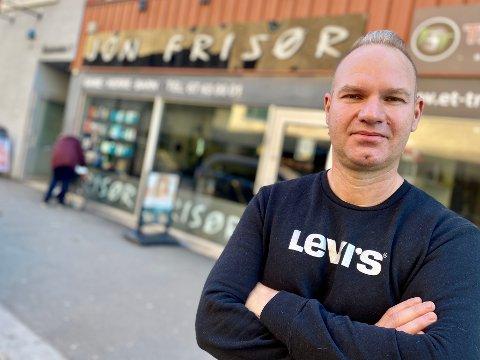 MR JON FRISØR: Fisnik Alickaj har drevet Jon Frisør i Ski siden 2012. – Jeg klipper hår og utfører skikkelig håndverk, men en frisør er jo nesten som en psykolog innimellom. Den rollen tar jeg på alvor, understreker 43-åringen.