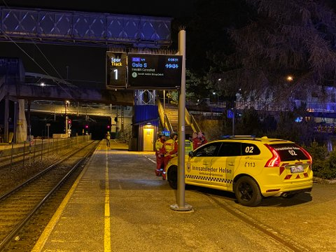 HELSE: Både ambulanser og brannvesen er på plass på Ski stasjon mandag kveld.