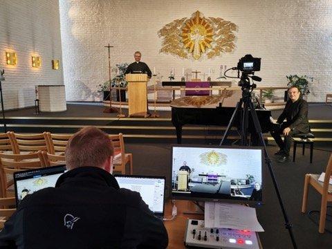 FOR FØRSTE GANG: Her forbereder man seg på direktesendt facebook-gudstjeneste i Greverud kirke.