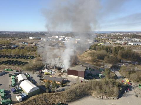 KRAFTIG: Det brenner kraftig i industribygget i Moss.