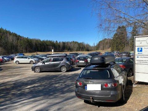 FULLT: Slik så det ut på parkeringsplassen på Krokhol langfredag.