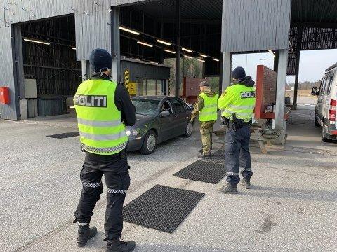 Siden 17. mars har politiet vært til stede på grensa på Svinesund for å kontrollere persontrafikken med tanke på konronaviruset. Tirsdag 24. mars fikk de bistand fra Heimevernet. I løpet av to døgn måtte de sende over 300 personer i karantene. Foto: Politiet