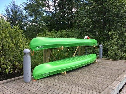 TIL UTLÅN: Kanoene til BUA står rett ved Kolbotnvannet slik at det er lett å sjøsette kanoene. På grunn av koronaviruset er alt utlån stanset inntil videre.
