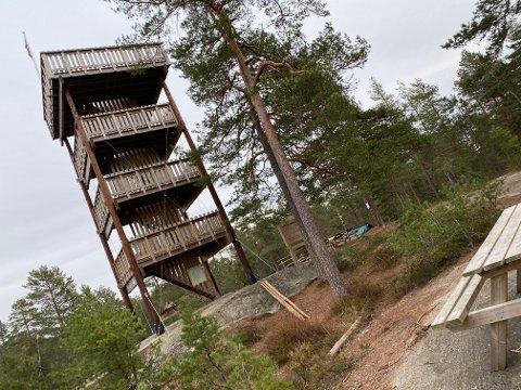 PÅ TUR? Du kan ta påsketuren ut i skog og mark.  Men hold avstand til andre. Hva med å sjekke ut Hjellsåstårnet?