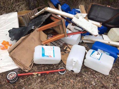 MENGDER: Rett ved den gamle søppelfyllingen på Siggerud har noen kastet fra seg et lass med søppel fra opprydding i hjemmet sitt.