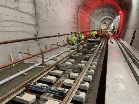 Inne i den lange tunnelen med to tunnelløp, støper Bane NOR og entreprenøren fastspor. Dette er spor som blir støpt slik at skinnene ligger fast. Foto: Bane nor
