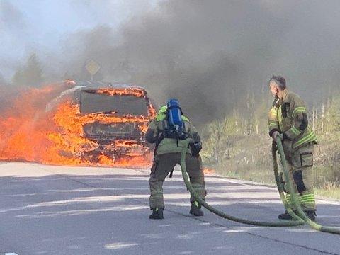Brannvesenet måtte slukke brann i bil på 17. mai