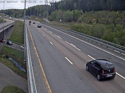 Trafikken flyter godt i nordgående felt, mens det er tomt i sydgående felt. Legg merke til køen på omkjøringsveien, fylkesvei 156, under E6.