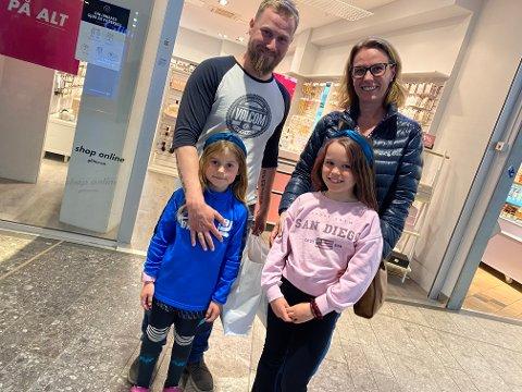 FORNØYD: Kine Cummings (bak th) er fornøyd med å kunne bruke de lokale tilbudene igjen. Her sammen med broren Morten Kjensli, niesen Daniela og datteren Emma.
