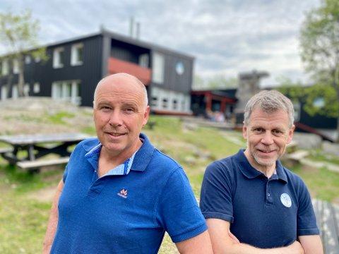 Roy Knutsen (t. v) og Frank Westlie lager ny natursti Ved Vangen skistue.