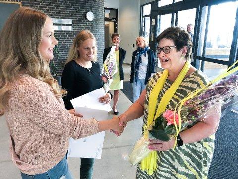 Blomster: Rektor Anne Karin Øksnevad kunne i 2018  overrekker blomster og vitnemål fulle av seksere til Vilde Marie Brødholt Vikene og Stina Norderval Stafseths. Akivfoto: Bjørn V. Sandness