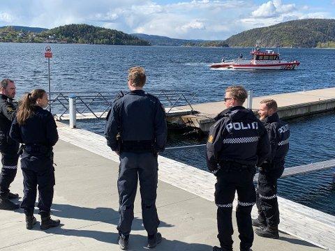 Politiet venter på brygga i Drøbak.