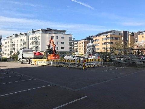I GANG: Denne uken startet gravingen på parkeringsplassen utenfor Kolbotn Torg .