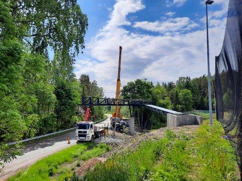 HER KAN DU SNART GÅ: Gangbroen veier cirka 24 tonn. Det store spennet over veien er 23 meter, og total lengde er 37 meter. Broen er rundt 6,2 meter over veibanen.