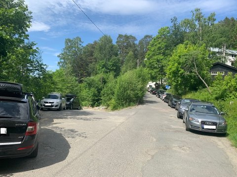 TRANGT: Bilene står tett langs Svartskogveien.