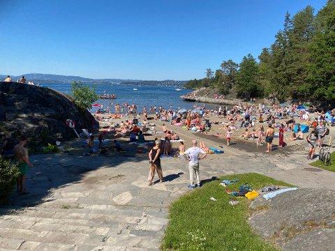 Mange nyter sommerdagene på Ingierstrand. Her er bilde fra en helg for et par uker siden.