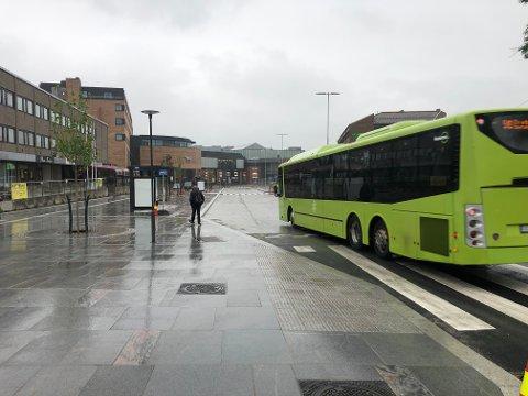Gjerdene er borte, og ny bussterminal er halvveis åpnet.  Busser i retning Nordby og Langhus stanser på de nye holdeplassene i venstre del av bildet, mens bussene i motsatt retning stanser på høyre side (bak bussen).