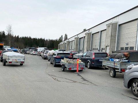 KØ PÅ SOFIEMYR: Slik så det ut en lørdag i april rett etter at gjenvinningsstasjonen på Sofiemyr åpnet.