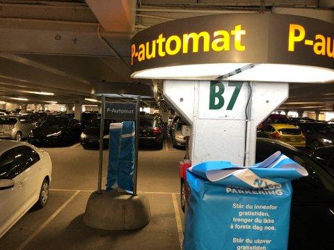 De tidligere parkeringsautomatene er nå tildekket. Foto: Eirik Løkkemoen Bjerklund