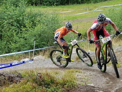 Tobias (foran) og Anders Halland Johannessen er klare for et nytt profflag i sykkel. Her er begge i aksjon på terrengsykkelen.