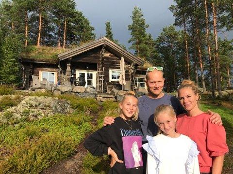 Kine Holtet, Øivind Heyerdahl og døtrene Thea (14) og Lilli (11) har lyst til å slå et slag for egen kommune som feriested.