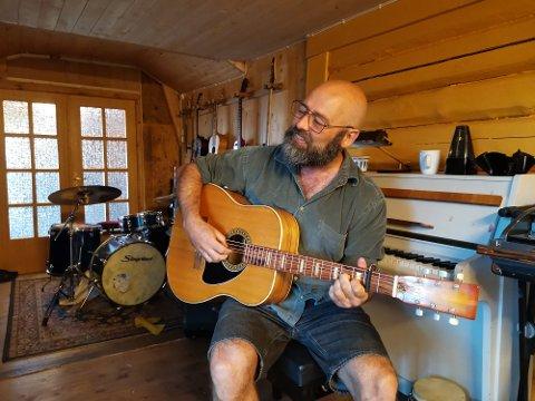Sverre Thorstensen (46) øver seg på den nye Østbu-gitar som han håper han kommer til å mestre innen han starter på turne.