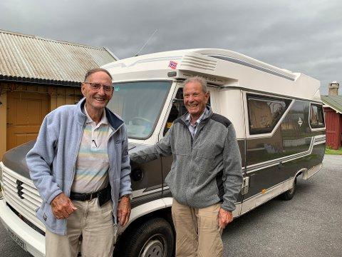 BRØDRE PÅ TUR: Thorleif Andersen trives best bak rattet, han har tatt med broren Aage på langtur til Røros.
