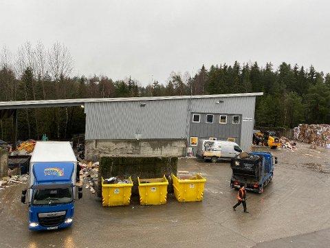 25-30 LITER: Oljen i Tusse har lekket fra en hydraulikktank som tilhører papp-pressa på Regnbuen Gjenvinning.