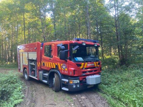 STÅR FAST: Brannbilen har kjørt seg fast på en skogsvei.