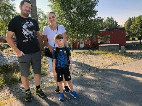 GRUGLEDE: Leotrim (6) sammen med mamma Elvira og pappa Bujar Hoxha, på vei til sin første skoledag på Vevelstadåsen barneskole.
