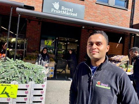 FORNØYD: Butikksjef for Royal Fruktmarked i Ski, Amjad Hussain, er fornøyd med de tre første månedene i stasjonsbyen.