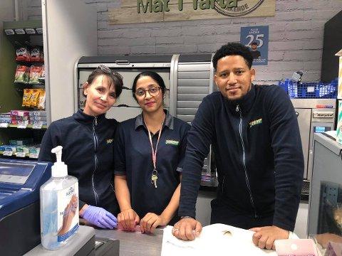 Hanna Bednars, Aiza Samreen og Estifanos Gebrekristo er glade for at folk benytter seg av butikken deres.