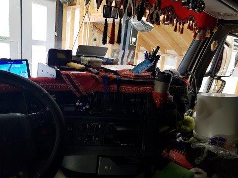 Statens vegvesen ga føreren av lastebilen bruksforbud for bord og diverse gjenstander samt gardiner i siderutene.