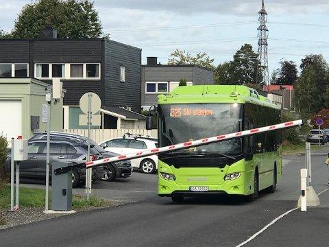 Denne bussen kom seg ikke forbi bommen som sto fast.