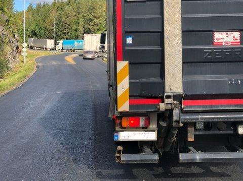 KØ: Køen står stille på Vevelstadveien.