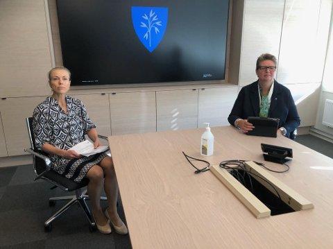 Kommuneoverlege Kerstin Anine Johnsen Myhrvold og ordfører Hanne Opdan orienterte om siste nytt på en pressekonferanse lørdag. – Selv om vi har vært forberedt på et utbrudd, er det tøft når det skjer, sa ordføreren blant annet.