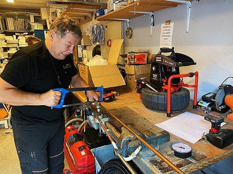 TILBAKE TIL START: Haktor Slåke tilbake der det startet, på verkstedet i rørleggerfirmaet han har bygget opp. FOTO: Ole Jonny Johansen