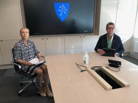 Kommuneoverlege Kerstin Anine Johnsen Myhrvold og ordfører Hanne Opdan under pressekonferansen lørdag. Søndag er det meldt inn ett nytt tilfelle knyttet til utbruddet ved Follo LMS.