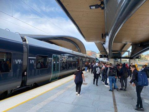 FORVENTET MER: Vy var forberedt på at togene ville være fullere enn normalt mandag. Her fra Ski stasjon mandag ettermiddag.