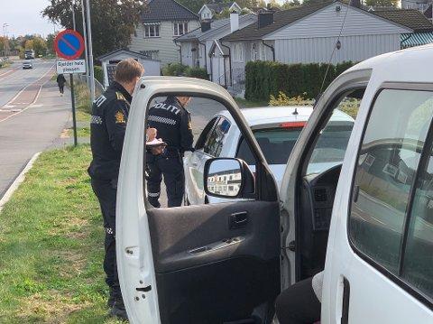 TRAVEL DAG FOR POLITIET: Mange ble tatt i Utrykningspolitiets kontroll i Nordbyveien tirsdag ettermiddag den 22. september. Her snakker UPs konstabler med en bilist.