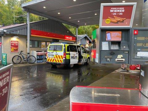 RYKKET UT: Politiet var tilstede på Cirkle K-stasjonen på Kolbotn etter ulykken i rundkjøringen ved siden av.