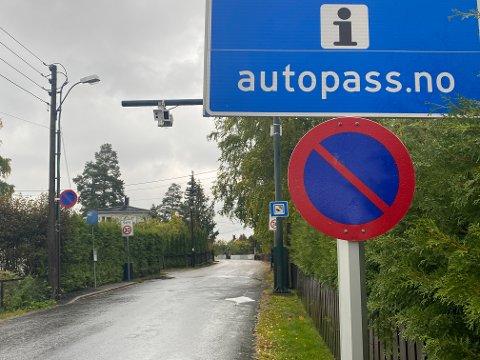 BOM: Naboene mener mange brukte veien som parkeringsplass for å unngå bompassering.