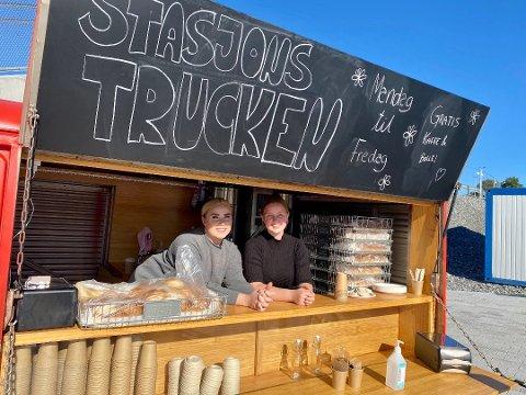 FORNØYDE: Marthe Myrbråten (t.v.) og Ilmur Thorkelsdottir er de blide ansiktene som møter deg i luka på foodtrucken på Ski stasjon. De er meget fornøyde med den første uka i truck.