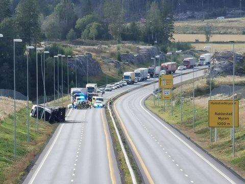 KLOR: En lastebil lastet med klor veltet på E18 ved Hæland.