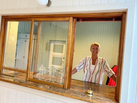 KLAR FOR ÅPNING: Etter at tillatelsen til bruksendring av Kråkstad stasjon er i boks, satser Kaja Espenes på å åpne luka til Stasjonskafeen i månedsskiftet februar/mars.