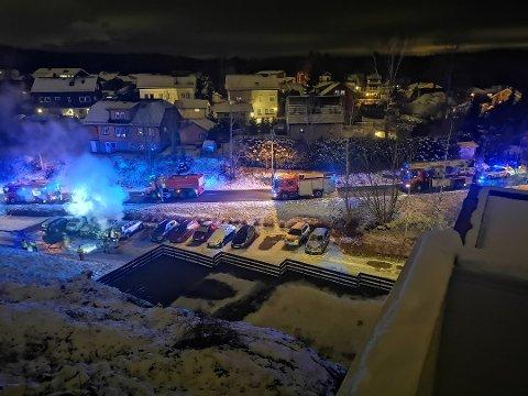 Fra terrassen så Anders og Aina Ryli hvordan brannen spredte seg fra bil til bil.