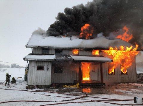 OVERTENT: Ved halv to-tiden står huset i full fyr.