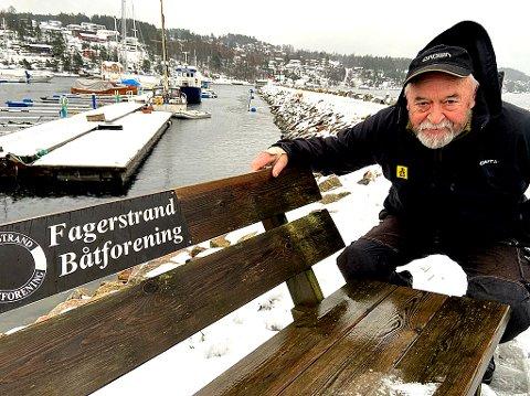 FRYKTLØS: - Uværet skaper ikke trøbbel for oss, mener Erik Jakobsen i båthavna på Fagerstrand. FOTO: Ole Jonny Johansen