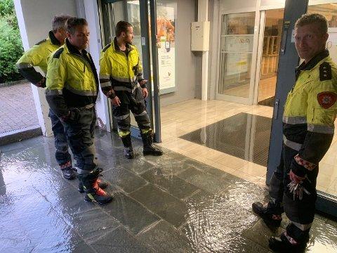 PROBLEM IGJEN: For tredje gang på under to år har brannvesenet måtte rykke ut til Drøbak City i forbindelse med tette sluk og mye vann. Dette bildet er fra sommeren 2019. Torsdag var problemet på taket til kjøpesenteret. ARKIVBILDE: Ivar Ruud Eide