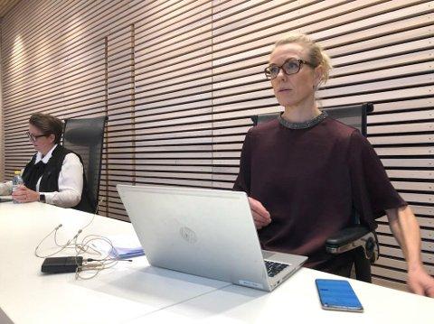 SÅ BLE DET ALVOR: Kommuneoverlege Kerstin Anine Johnsen Myhrvold ga en tydelig, klar og alvorlig beskjed under presseriefen fredag.